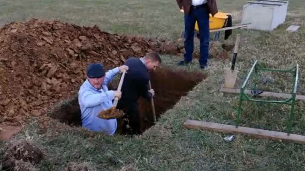 family-digs-grave_284566