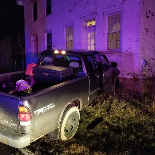 truck into house_291915
