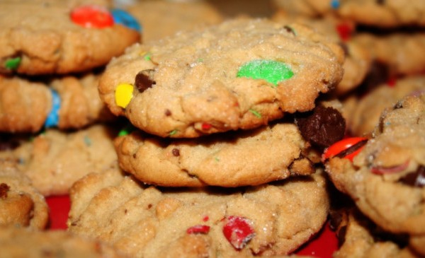 peanut_butter_cookies_with_mms_and_chocolate_chips-1024x575_298300