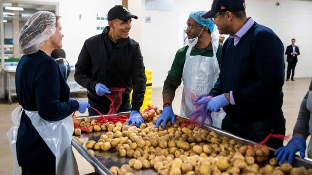 Barack-Obama-Thanksgiving-foodbank_1542817471509_62819162_ver1.0_640_360_1542819381376.JPG